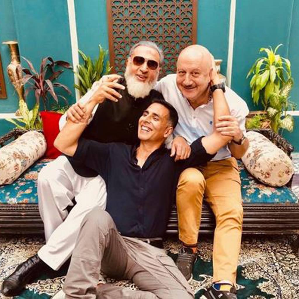 बाॅलीवुड अभिनेता अक्षय कुमार ने टविटर पर की तीनों एक्टर्स की फोटो शेयर पुरानी यादों के साथ